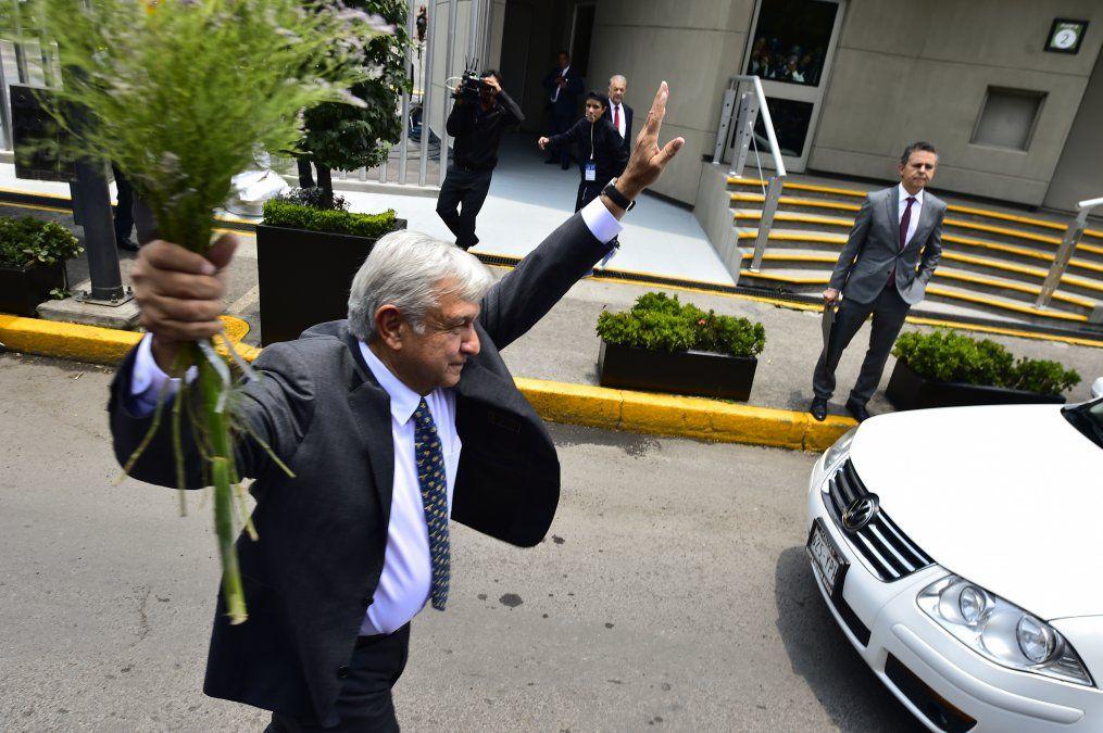 Presidente mexicano besó a una periodista para no responder su pregunta