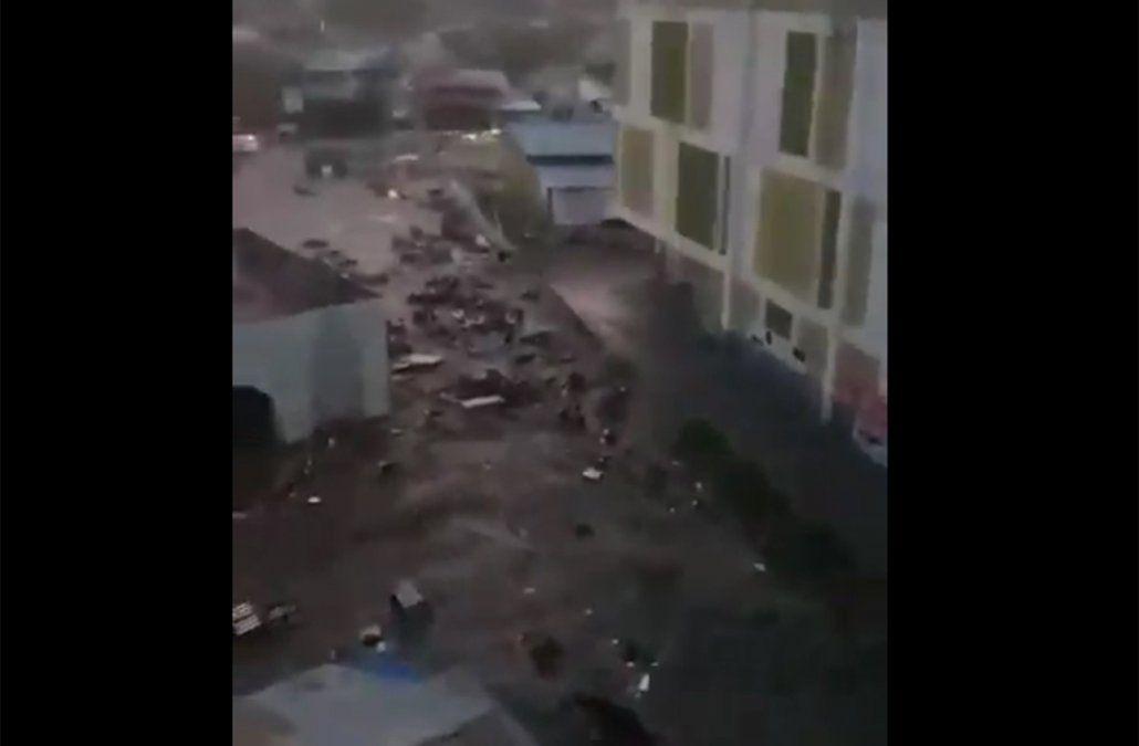 Tsunami  golpea a ciudad de Indonesia tras un fuerte terremoto