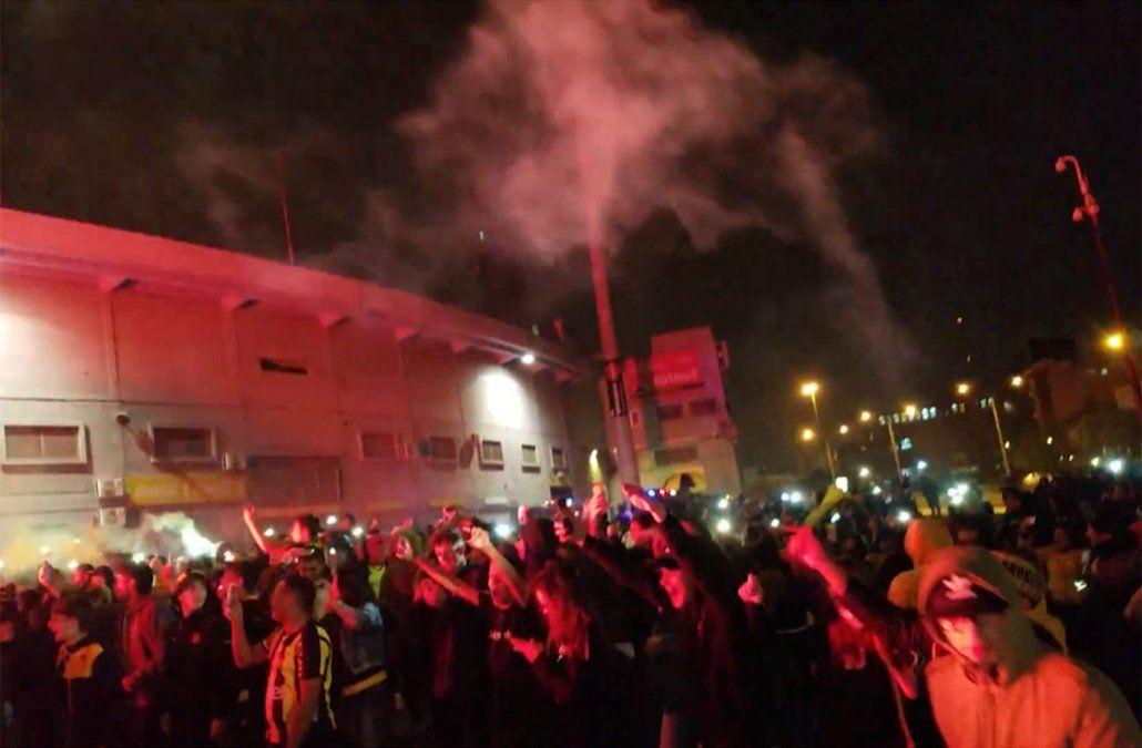 Seis detenidos en operativo por festejos de Peñarol son hinchas de Nacional que iban armados