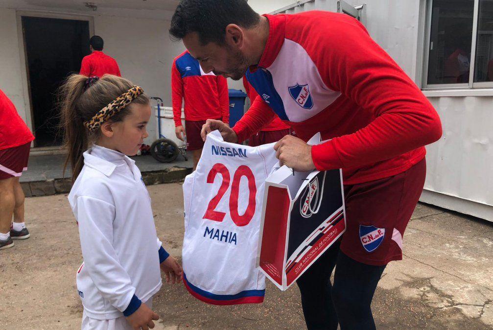 Mahia Macías visitó Los Céspedes, y fue felicitada por el plantel de Nacional
