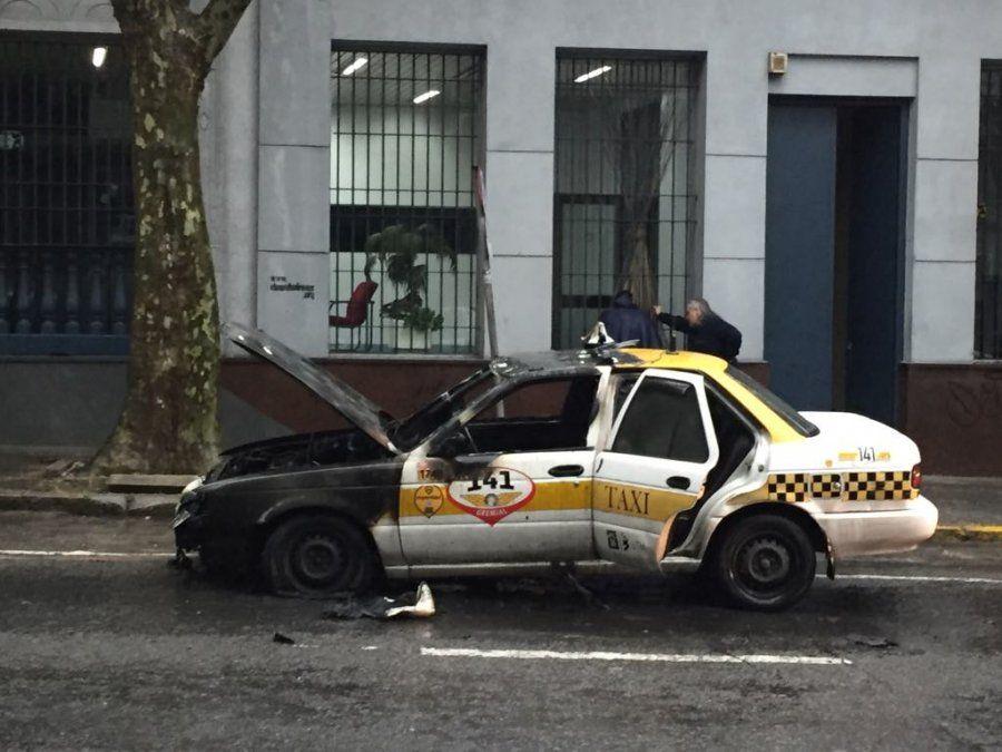 Se incendió un taxi en el medio de la calle mientras llevaba pasajeras