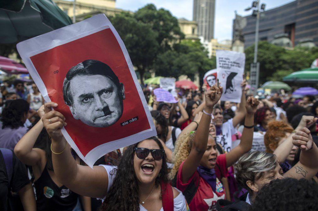 Movilización de brasileñas contra Bolsonaro, que cuestiona su eventual derrota electoral