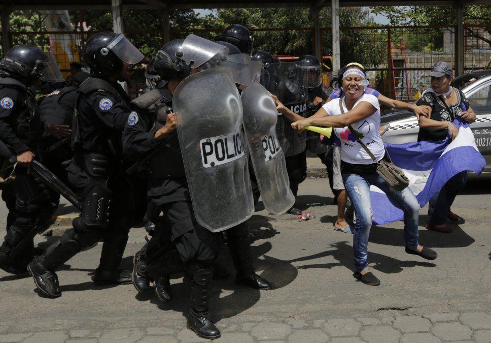Policía reprime con bombas de estruendo, protesta contra Ortega en Nicaragua