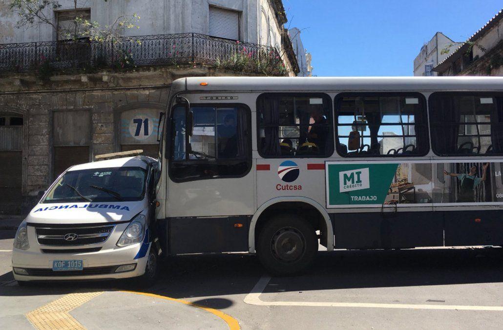 Accidente en Ciudad Vieja entre ómnibus y ambulancia dejó ocho heridos