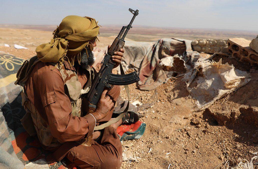 Un rebelde sirio del Frente Nacional de Liberación toma posición en una trinchera armado en el suroeste de Alepo.