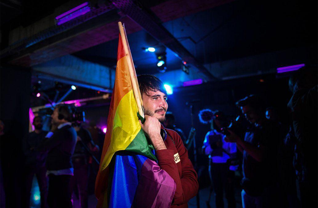 Un miembro de la comunidad LGBT se emociona en un club mientras espera por los resultados del referendum sobre el matrimonio gay en Bucarest