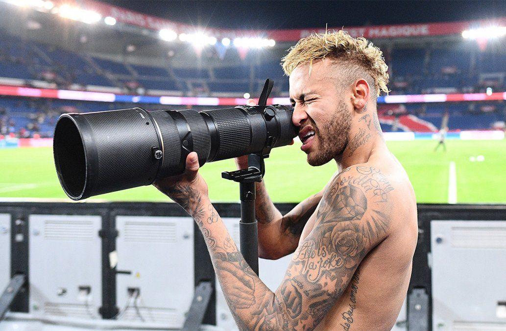 El brasileño Neymar intenta tomar una foto de su equipo