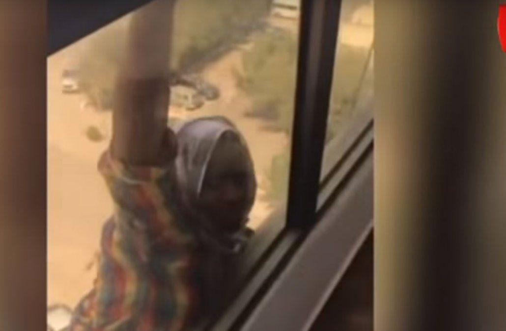 La mujer cayó desde el séptimo piso y apenas se rompió el brazo.