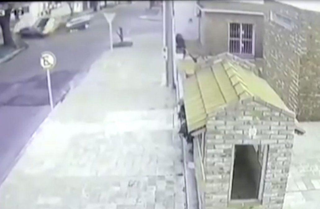 Delincuentes chocaron a otro vehículo y provocaron un vuelco en el Cerro