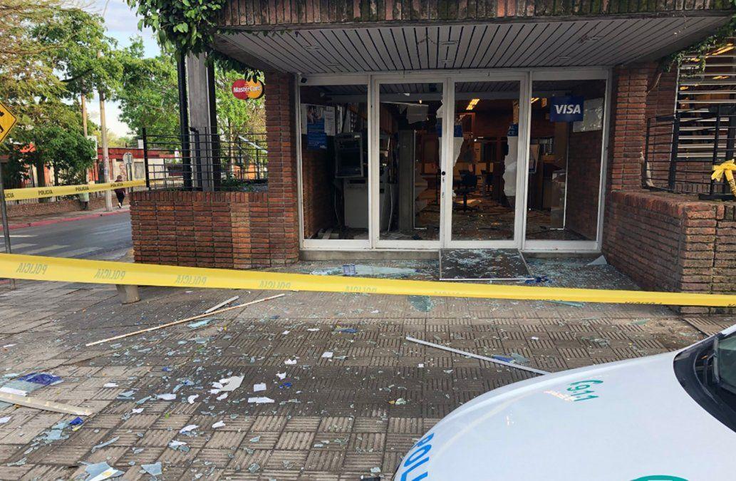 Explotaron el cajero automático del Banco República en Sauce