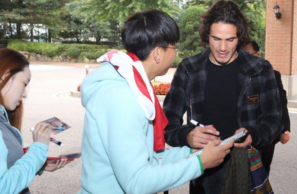 Cavani firma autógrafos en Seúl.