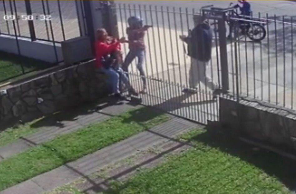 Víctima de rapiña desarma al ladrón y lo pone en fuga; todo queda registrado en video