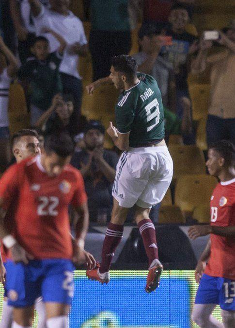 Raúl Jiménez de México celebra su gol en el partido que su selección le ganó a los ticos