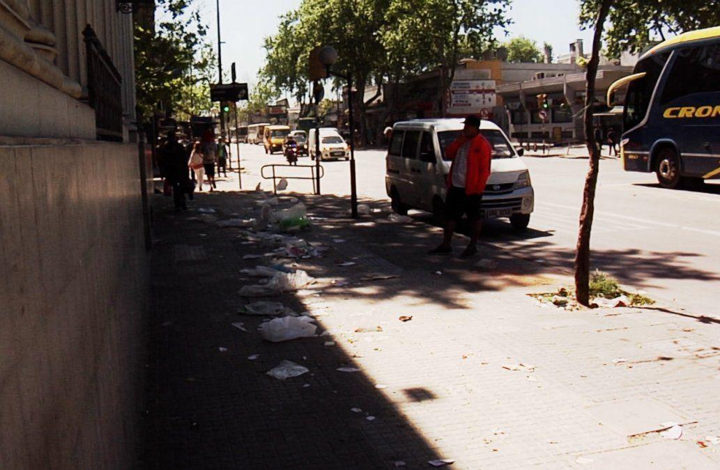 Vecinos de 8 de Octubre preocupados por presencia permanente de basura en la vereda