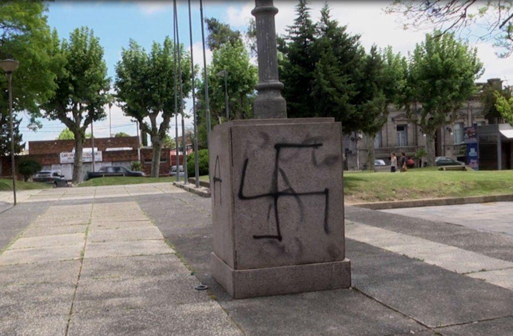 Autoridades en alerta por las pintadas con esvásticas en la plaza de Melo
