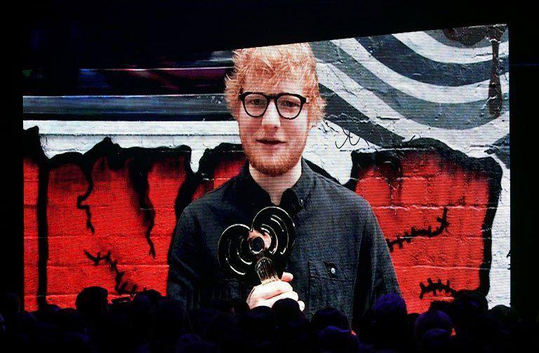 El artista recibe el HeartRadio Music Awards por Shape of You como canción del año