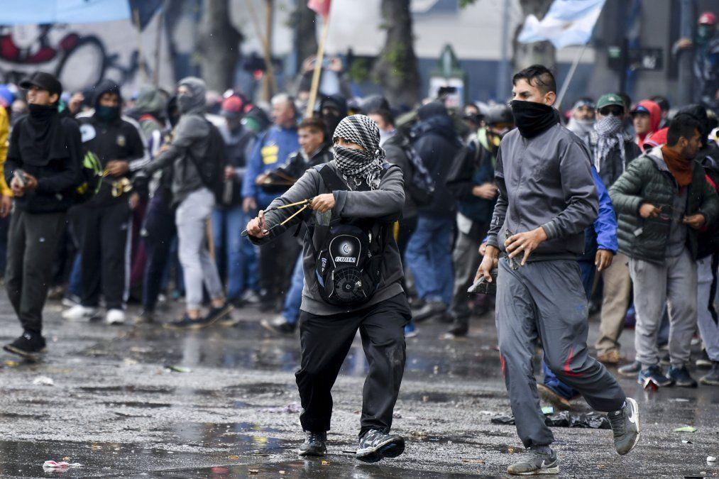 Disturbios en las calles mientras el Congreso argentino vota plan de austeridad