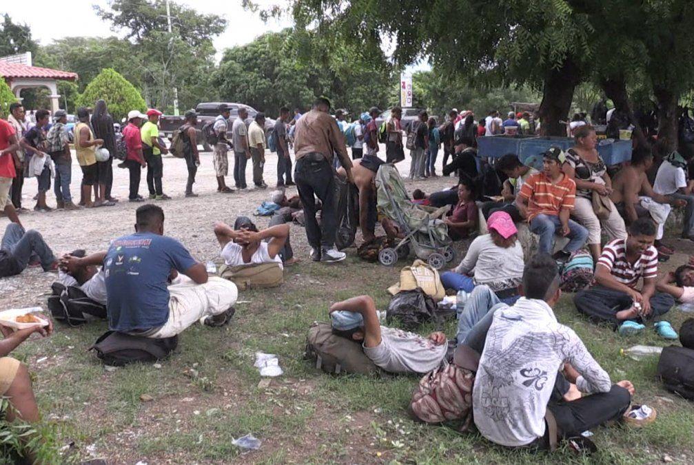 Hondureños avanzan por México mientras EEUU anuncia envío de tropas a la frontera