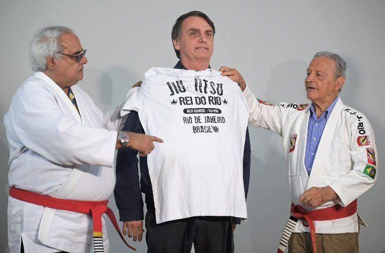 Bolsonaro recibe una remera de Jiu Jitsu