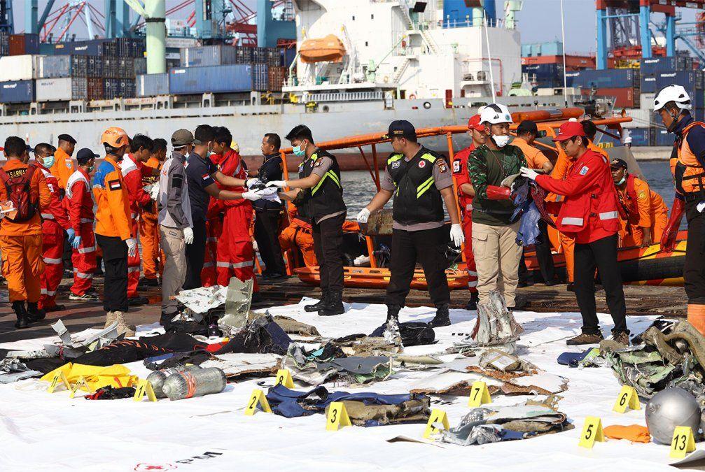Un avión con 189 personas se estrelló en el mar en Indonesia: hallan los primeros restos humanos