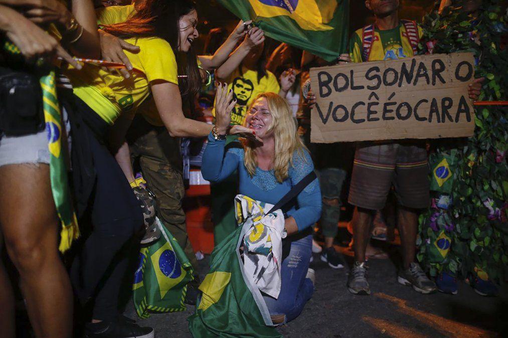 Simpatizantes del presidente electo Jair Bolsonaro celebran frente a su casa en Rio de Janeiro