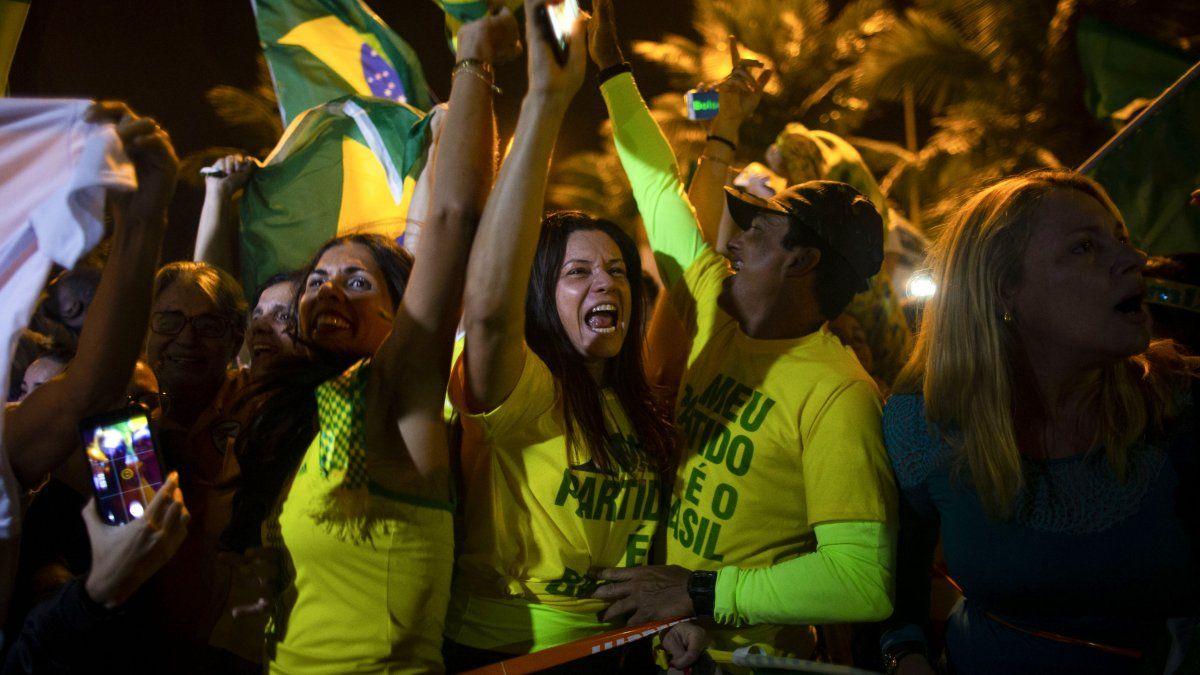 Simpatizantes del presidente electo Jair Bolsonaro celebran frente a su casa en Rio de Janeiro, Brasil.
