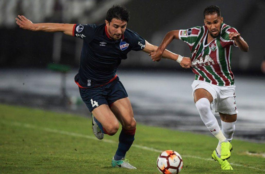 Fucile intenta detener la carrera del atacante de Fluminense.