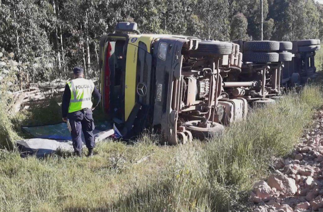 Transportista se suicidó luego de volcar su camión cargado de madera en ruta 20