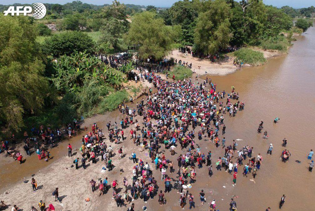Migrantes avanzan y Trump les advierte que los militares los están esperando