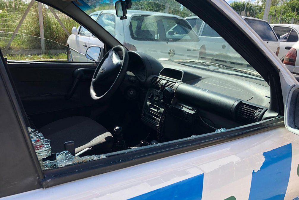 Atacaron a balazos a dos policías que custodiaban autos denunciados como robados