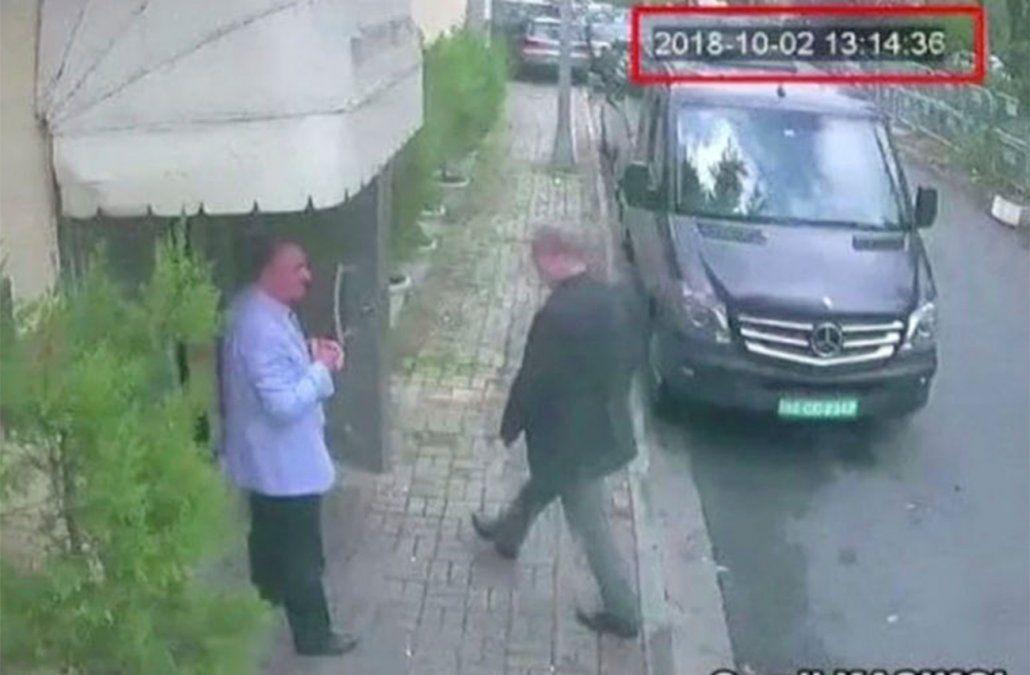 Khashoggi entrando al consulado saudita en Estambul. Minutos después sería asesinado