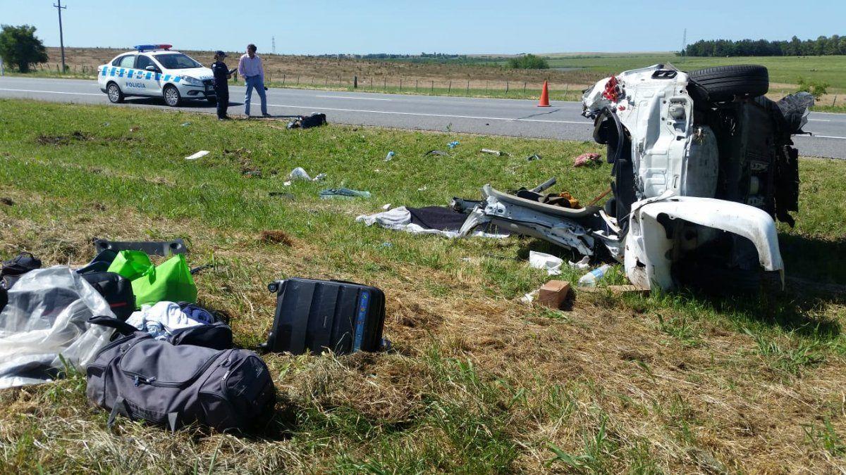 Tres personas fallecieron y dos están graves tras un vuelco cerca de Young