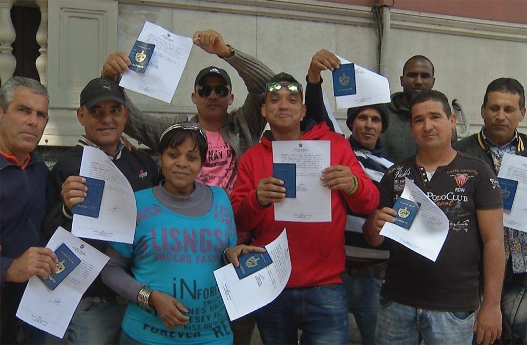 Cubanos festejan la obtención del papel que les permite regularizar su situación