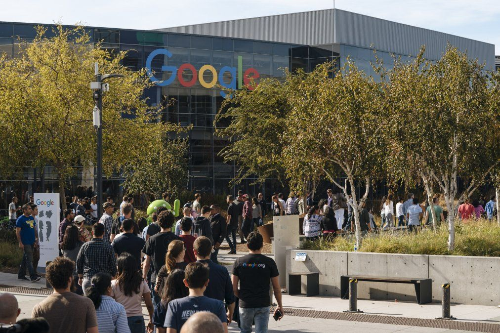 Empleados de Google abandonan el trabajo para protestar por el manejo de la compañía respecto a personas con conducta sexual indebida.