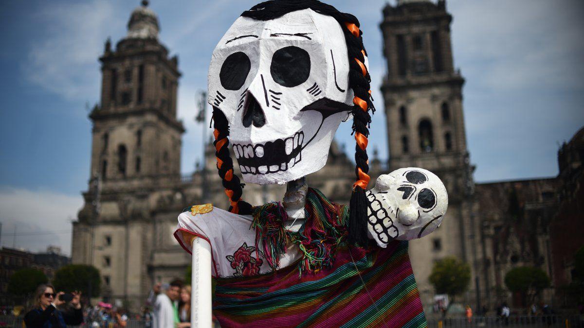 México celebra el Día de los muertos y esta es parte de la decoración en la Plaza del Zócalo.