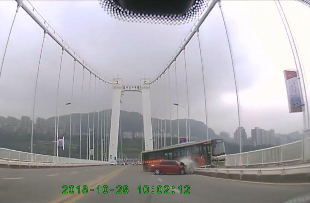 Pelea entre chofer de transporte público y pasajera termina con 15 muertos