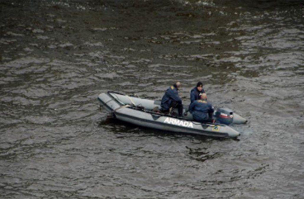 Hombre navegaba en Kayak y se dio vuelta; fue rescatado por la Armada con hipotermia