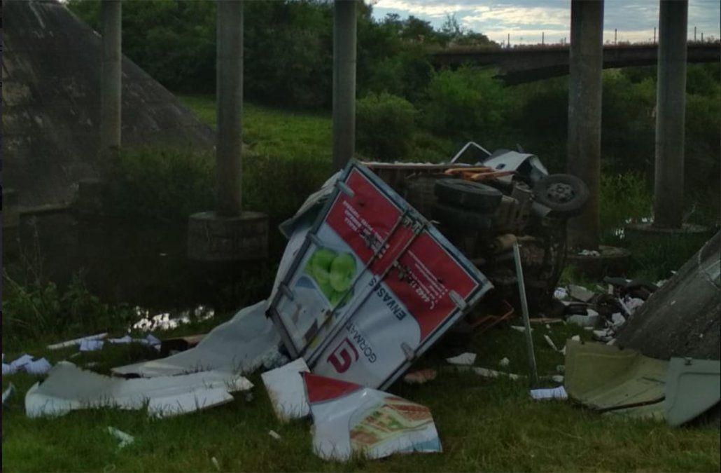 Cayó un camión desde un puente en Canelones y su conductor sufrió varias fracturas