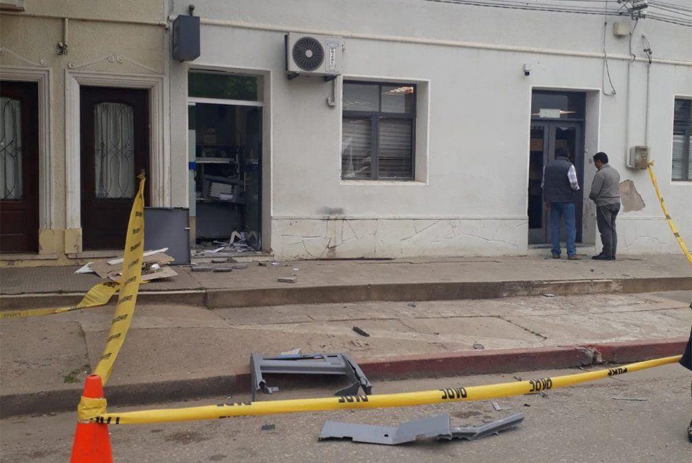 Explotaron el cajero automático del Banco República en San Bautista
