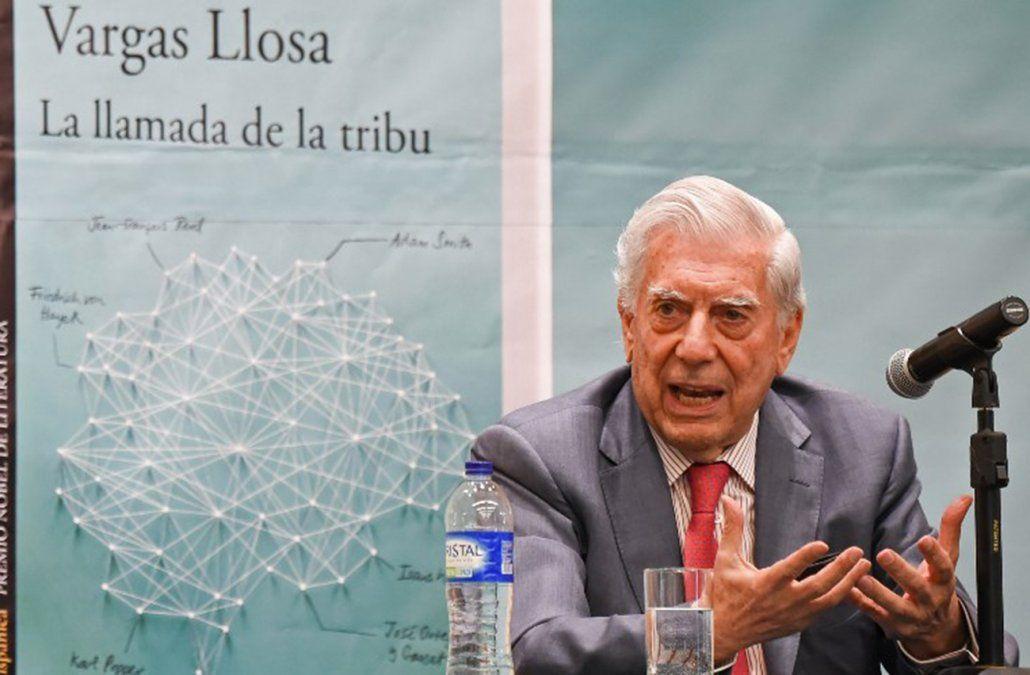 Vargas Llosa presenta su libro La llamada de la tribu en Bogotá en abril de 2018.