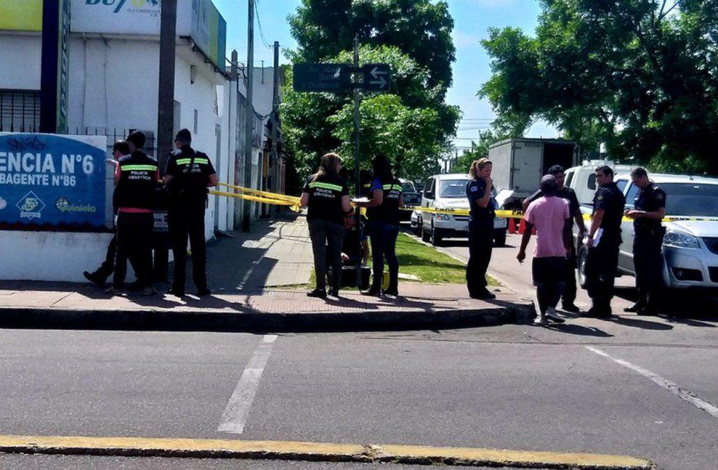 La periodista Laura Do Carmo registró la investigación policial en la calle Batlle y Ordoñez de Maldonado.