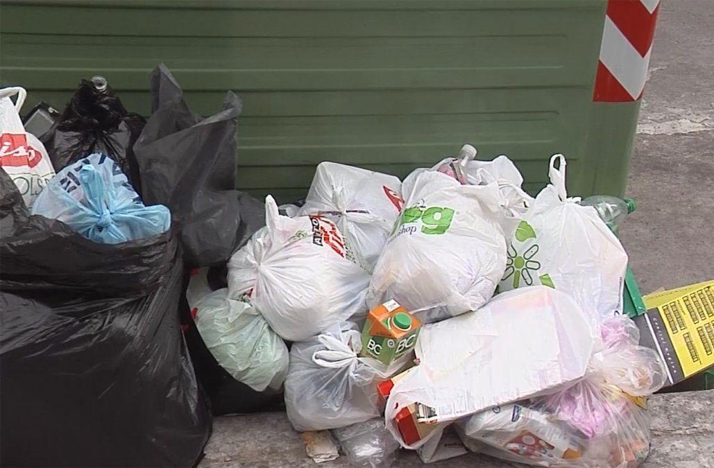 Siete personas fueron penadas por tirar basura afuera de los contenedores