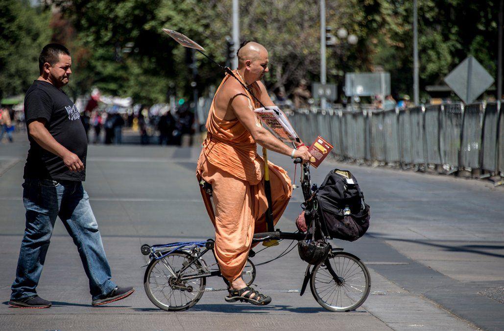 Nueva ley prohíbe a bicicletas y monopatines ir por las veredas en Chile