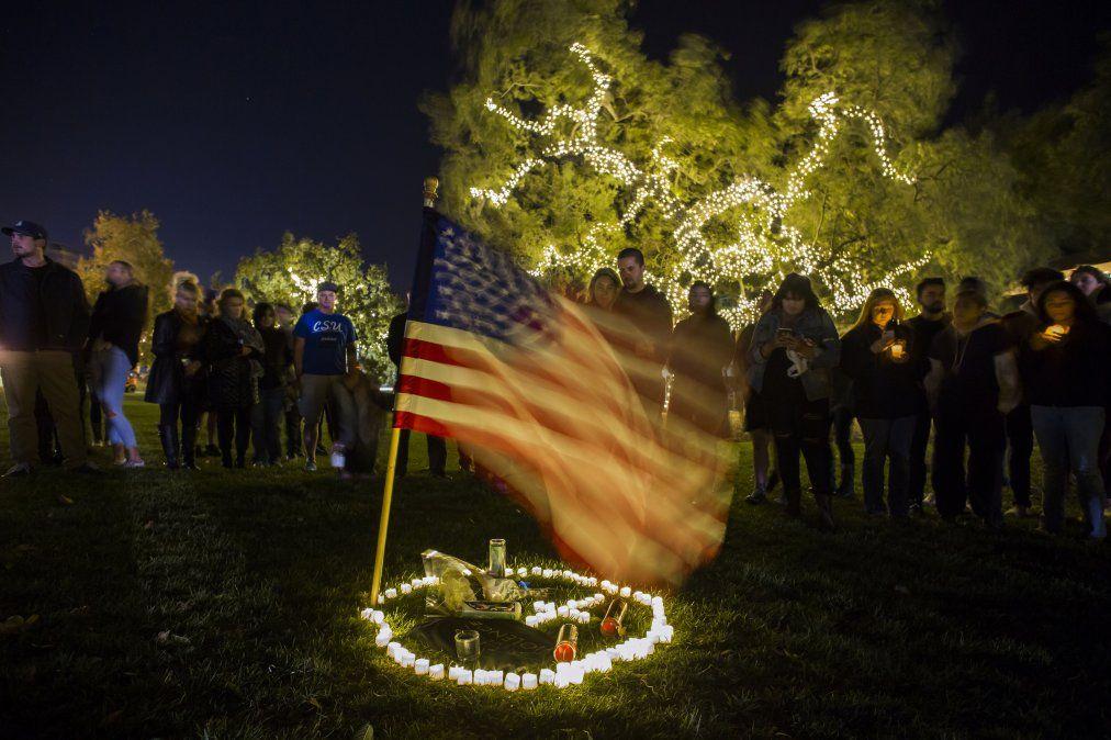 Vigilia en tributo a las víctimas de la balacera en Thousand Oaks