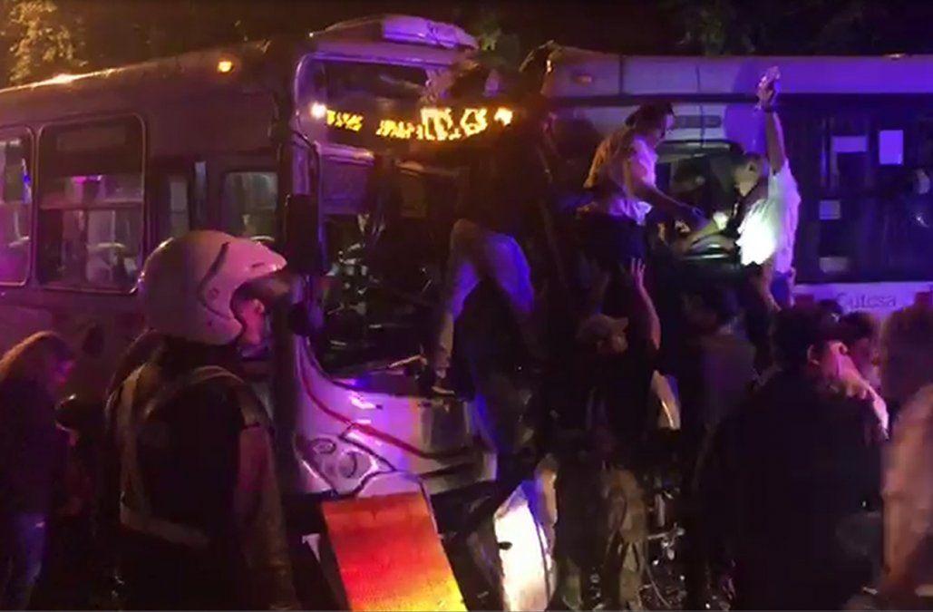 Una cámara de seguridad captó el momento del choque frontal entre dos ómnibus