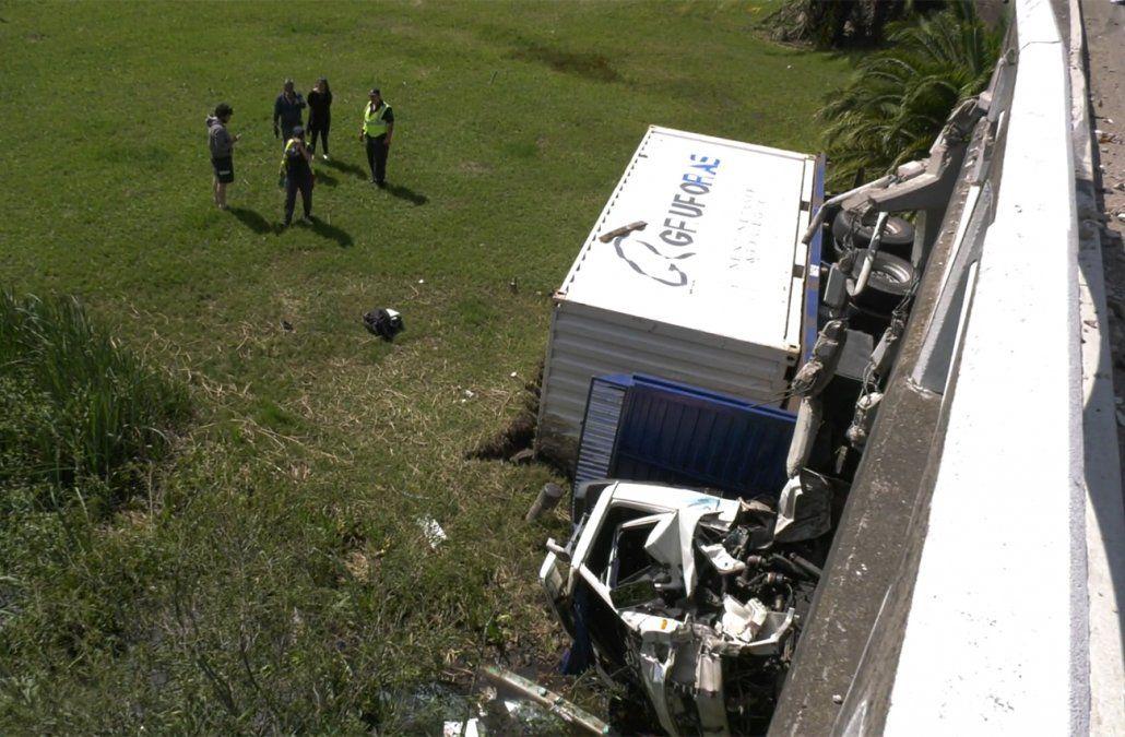 Un camión cayó de un puente en ruta 5 y su conductor resultó herido
