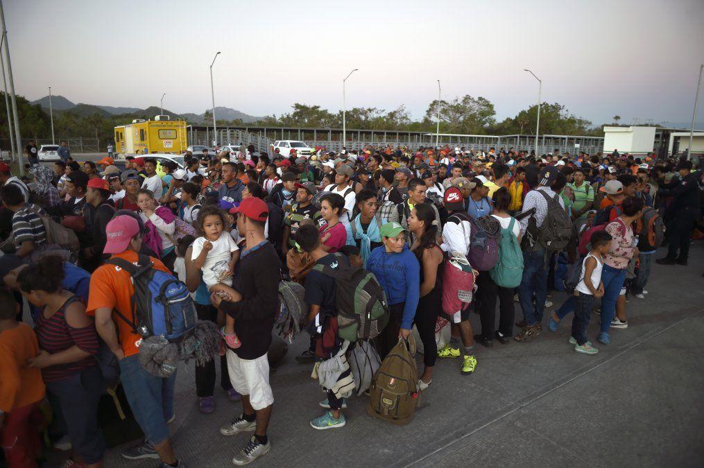 El grueso de la caravana avanzaba a pasos agigantados esperando buses dispuestos por la sociedad civil en un trayecto sin descanso