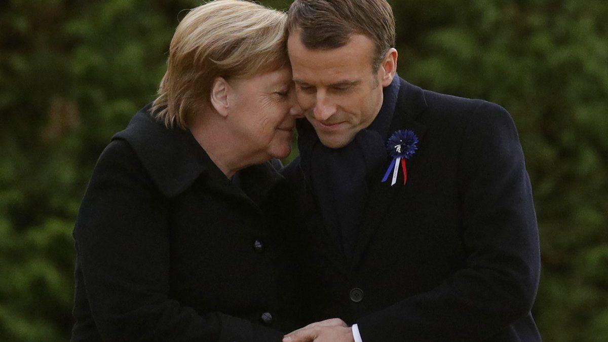 El presidente francés, Emmanuel Macrón y la canciller alemana, Ángela Merkel, se abrazan tras descubrir una placa en la ceremonia franco alemana como parte de las conmemoraciones por el aniversario de la Primera Guerra Mundial.