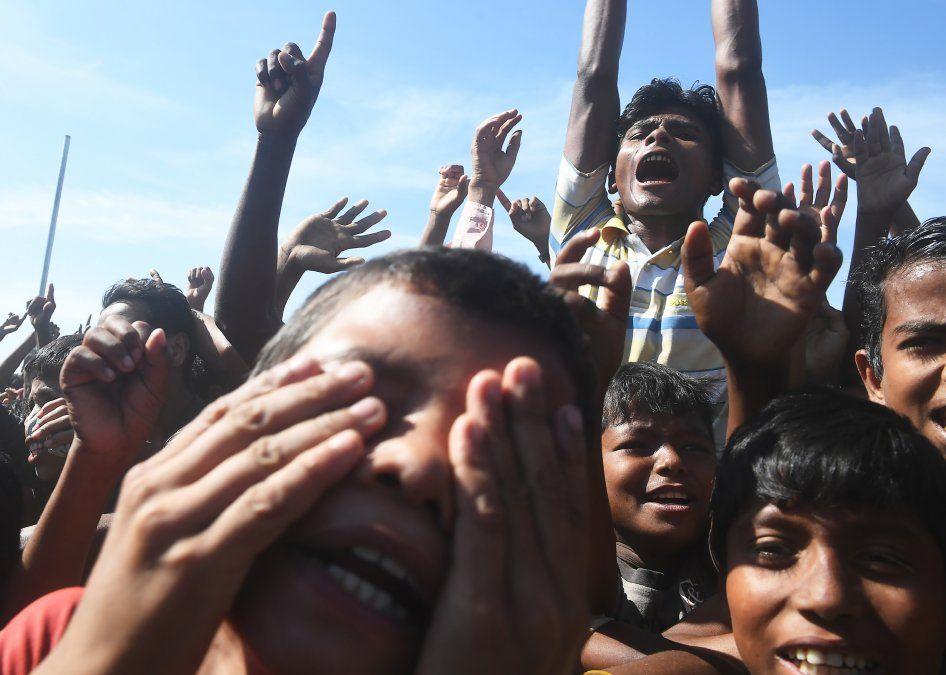 Refugiados Rohinga gritan consignas en una propuesta contra un programa de repatriación.