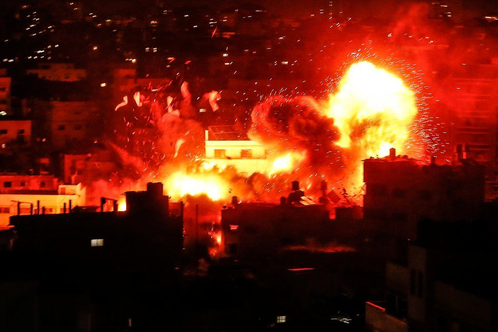 Una bola de fuego sobre el edificio que alberga la estación de televisión de Hamas Al-Aqsa TV